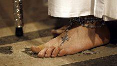 El pie de un penitente de la Hermandad del Nuestro Padre Jesús de la Salud, conocido como el Cristo de los Gitanos, el Miércoles Santo, por el centro de Madrid. (Foto: EFE/Chema Moya)