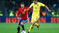 Sergi Roberto disputa un balón ante un jugador rumano en su debut con España. (Getty)