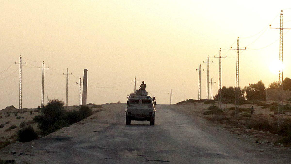 Un vehículo militar egipcio patrulla en el norte del Sianí, zona controlada por el ISIS. (Reuters)