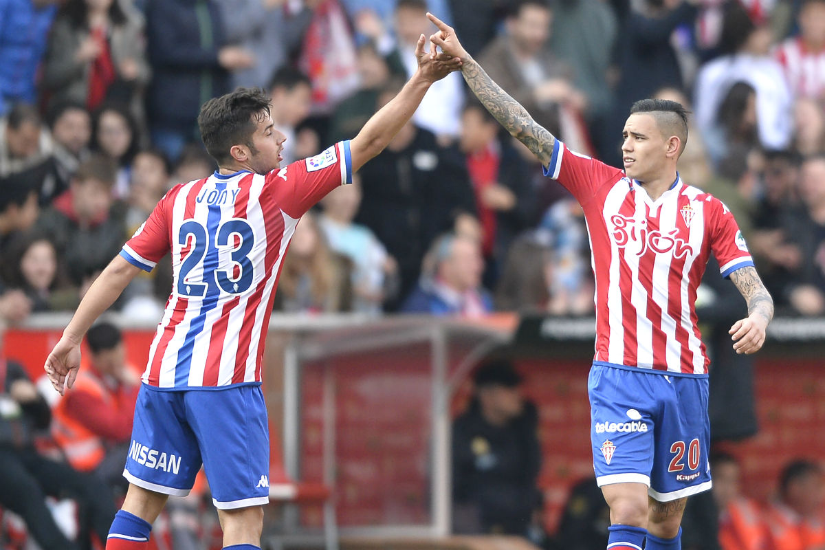 Jony y Sanabria celebran el primer gol del Sporting. (AFP)