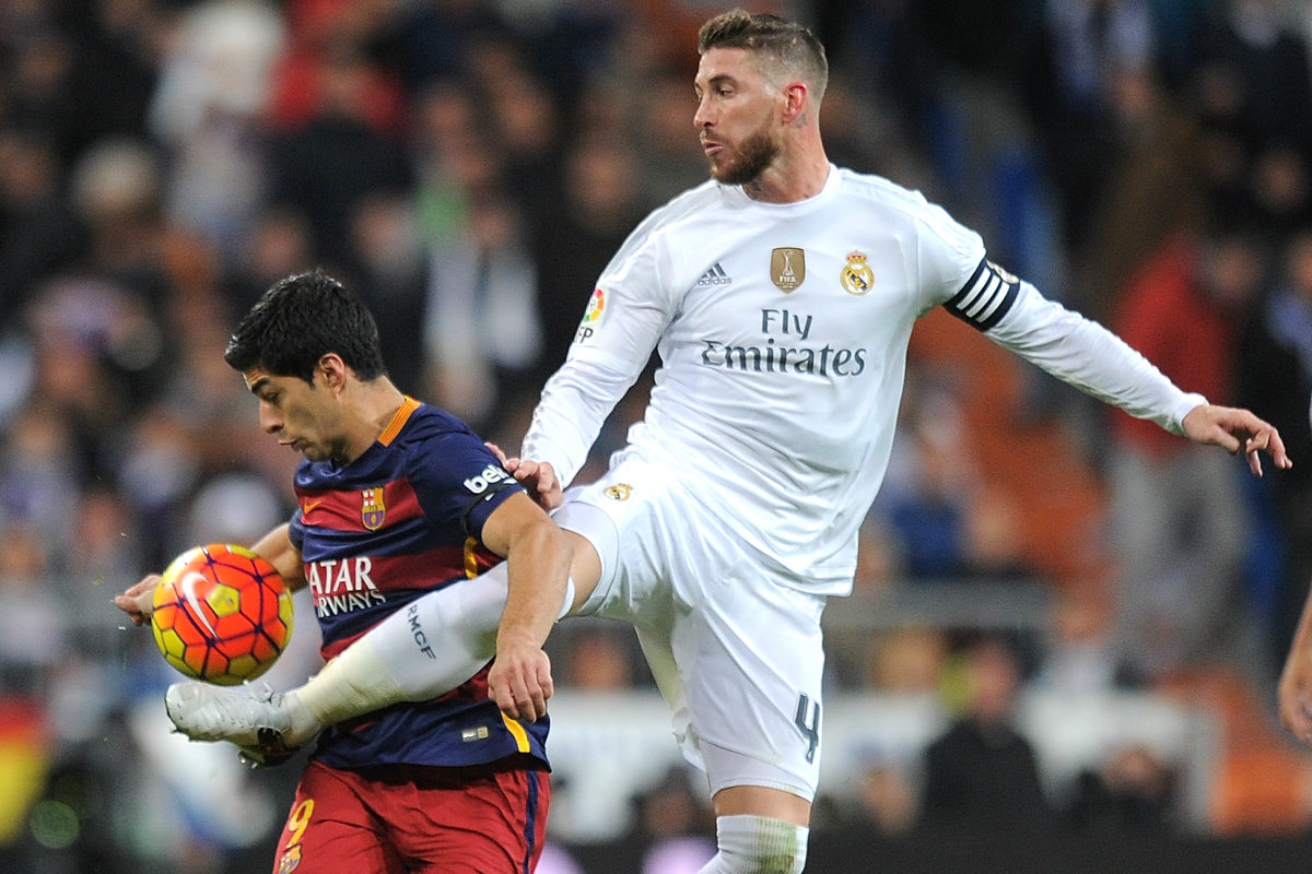 Suárez, defendido por Ramos en el Clásico de esta temporada en el Bernabéu. (Getty)