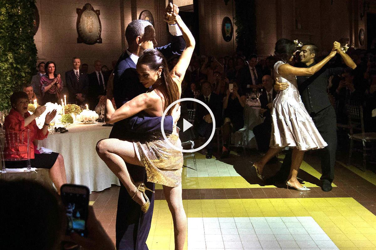 Barack Obama y su esposa bailando tango con una pareja de bailarines (Foto: AFP).
