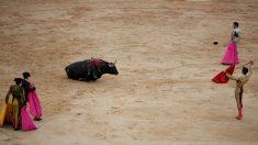 Un torero remata la faena durante una corrida de toros en las fiestas de San Fermín. (Foto: Getty)