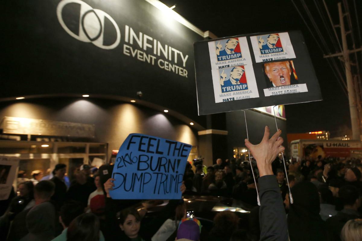 Manifestantes contrarios a Trump., este viernes en el centro de convenciones de Salt Lake City (Utah).