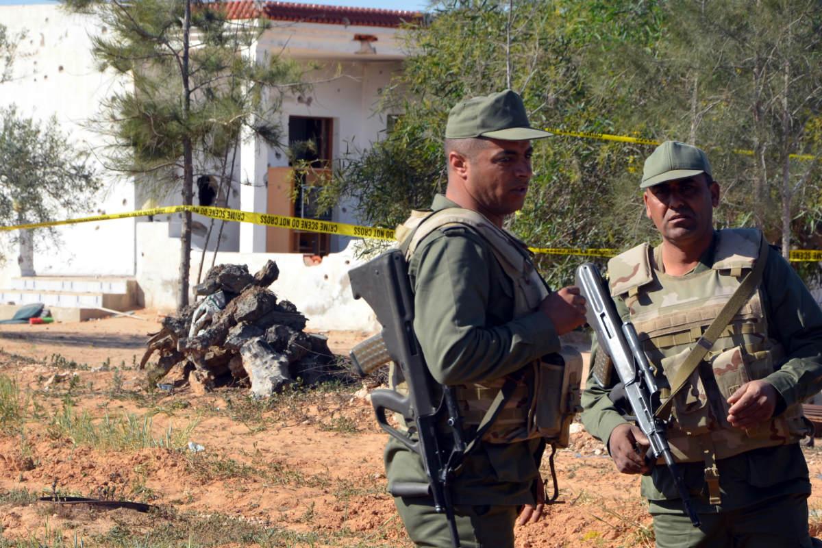 Militares tunecinos vigilan la zona de los ataques de esta madrugada. (Foto: AFP)