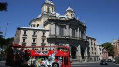 Autobus turístico frente a San Francisco el Grande de Madrid (Foto: GETTY).