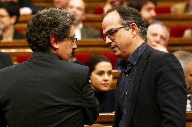 El portavoz de grupo parlamentario de Junts pel Sí, Jordi Turull (d) conversa con el portavoz del grupo popular, Enric Millllo. (Foto: EFE)