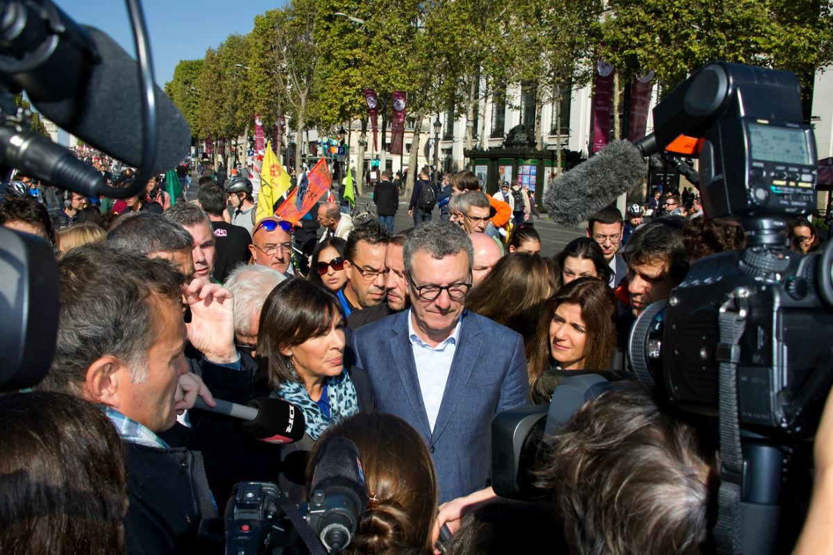 Imagen del alcalde de Bruselas, Yvan Mayeur, con la alcaldesa de París Anne Hidalgo. (Getty)