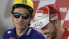 Rossi se ríe junto a Dovizioso en la rueda de prensa donde Márquez y Lorenzo se quejaron de los pitos. (AFP)