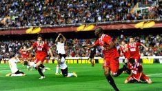 M'Bia celebra el gol que eliminó al Valencia de la Europa League en 2014. (Getty)