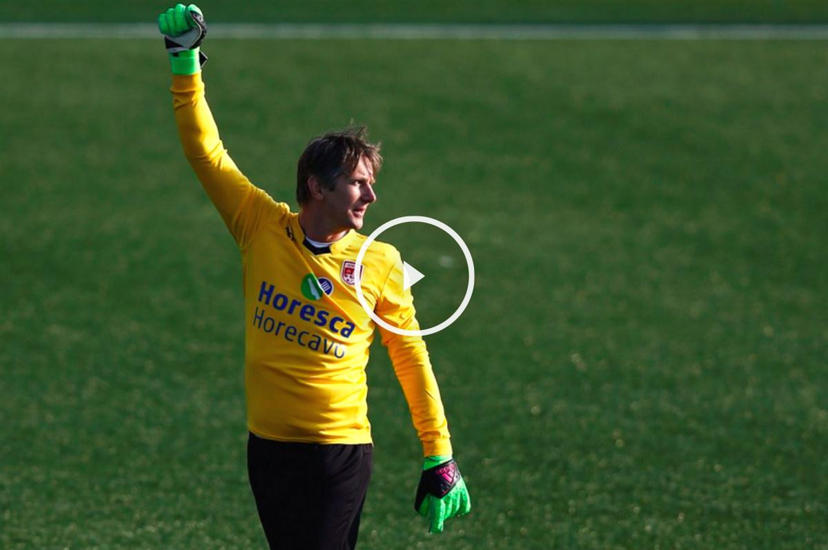 Van der Sar celebra el penalti que detuvo.