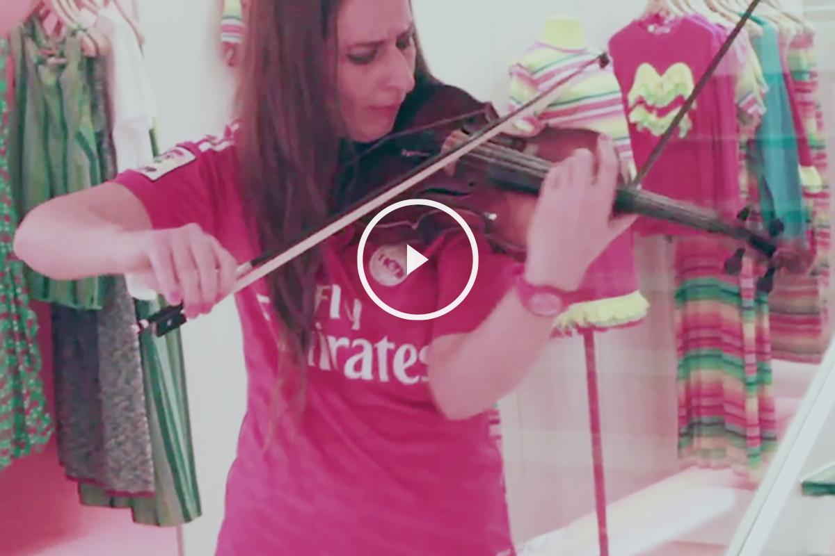 Elena Mikhailova tocando el himno del Real Madrid con el violin