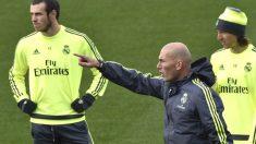 Zidane, junto a Bale y Modric en un entrenamiento. (AFP)
