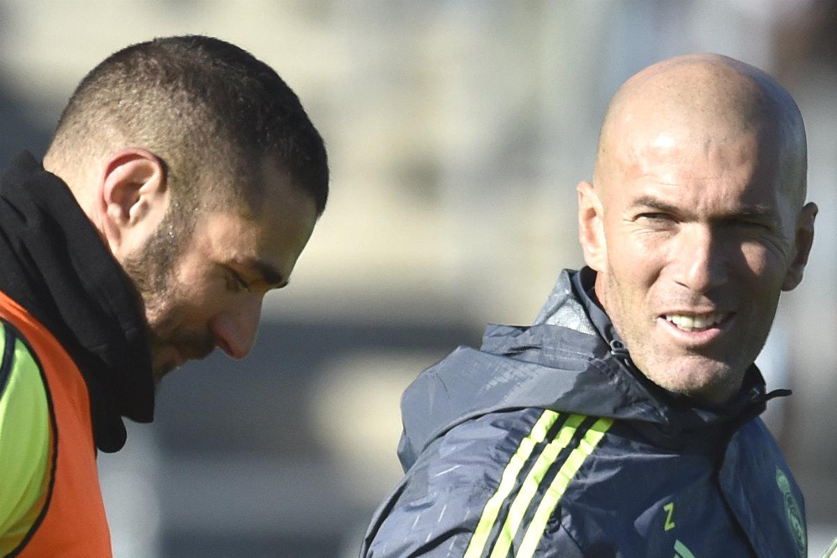 Zidane mira a Benzema en un entrenamiento en Valdebebas. (AFP)