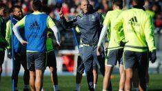 Zidane da instrucciones a sus jugadores en Valdebebas. (Getty)