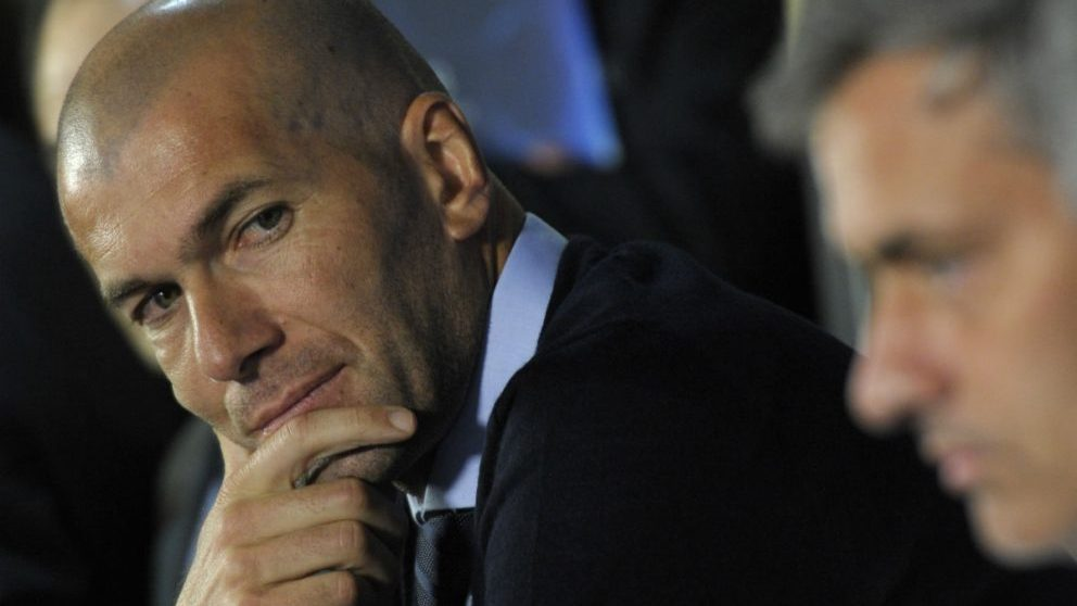 Zidane mira a Mourinho en una rueda de prensa en Londres. (AFP)
