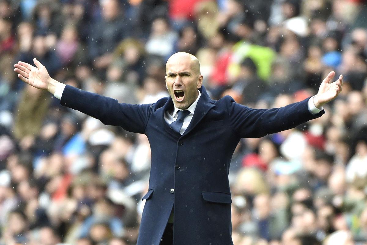 Zidane, con los brazos abiertos en el partido ante el Celta. (AFP)