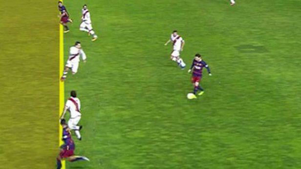Hay posición ilegal en el momento en el momento en el que Messi da el pase.