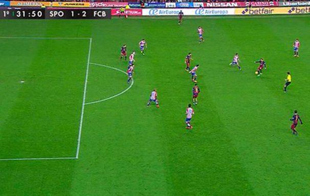 En el momento del pase, Messi está adelantado.