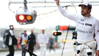 Fernando Alonso saluda a los fans en China. (Getty)