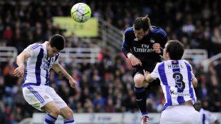 Bale remata de cabeza ante la Real Sociedad. (AFP)