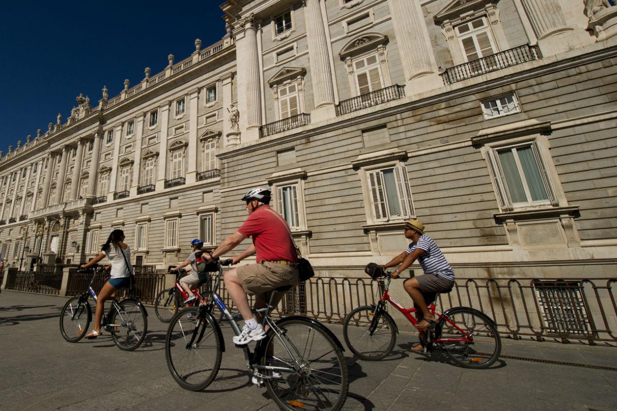 Imagen de unas personas usando bicicleta por las calles de Madrid. (Getty)
