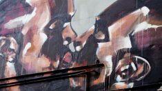 Imagen del mural con dos caras del rapero Kanye West besándose.