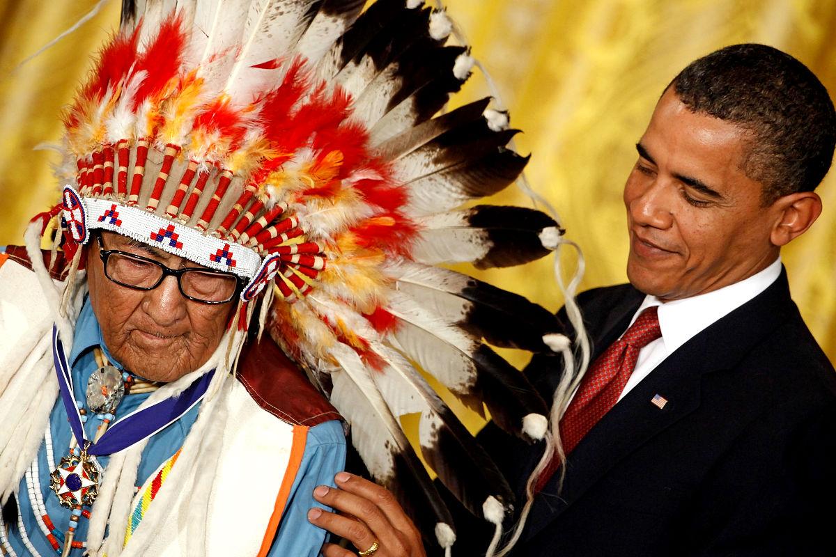 Joseph Medicine Crow recibiendo la medalla presidencial de la libertad de Barack Obama. (Getty)
