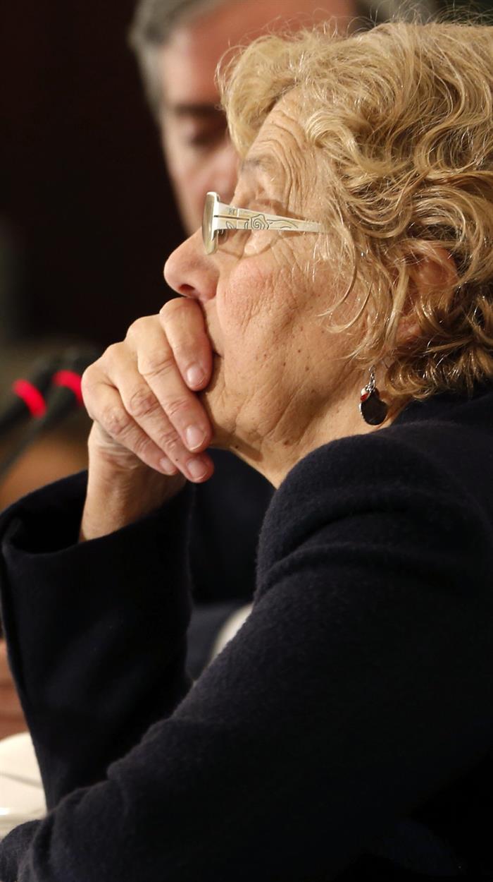 La regidora Carmena ante los medios y políticos. (Foto: EFE)