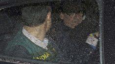 Mario Conde, abandonando detenido su domicilio tras el registro. (Foto: EFE)