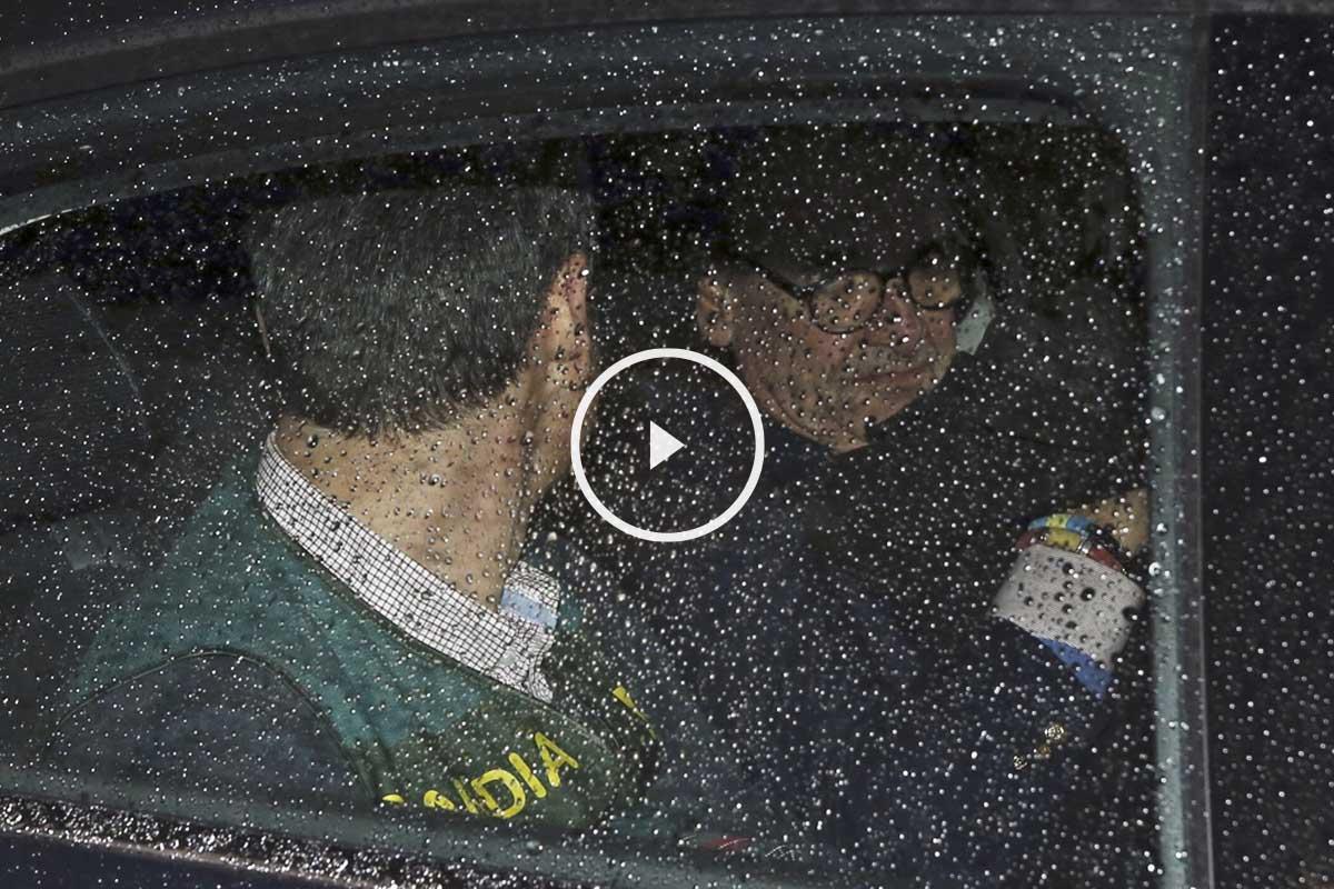Mario Conde abandonando la casa tras el registro en torno a la media noche (Foto: EFE)