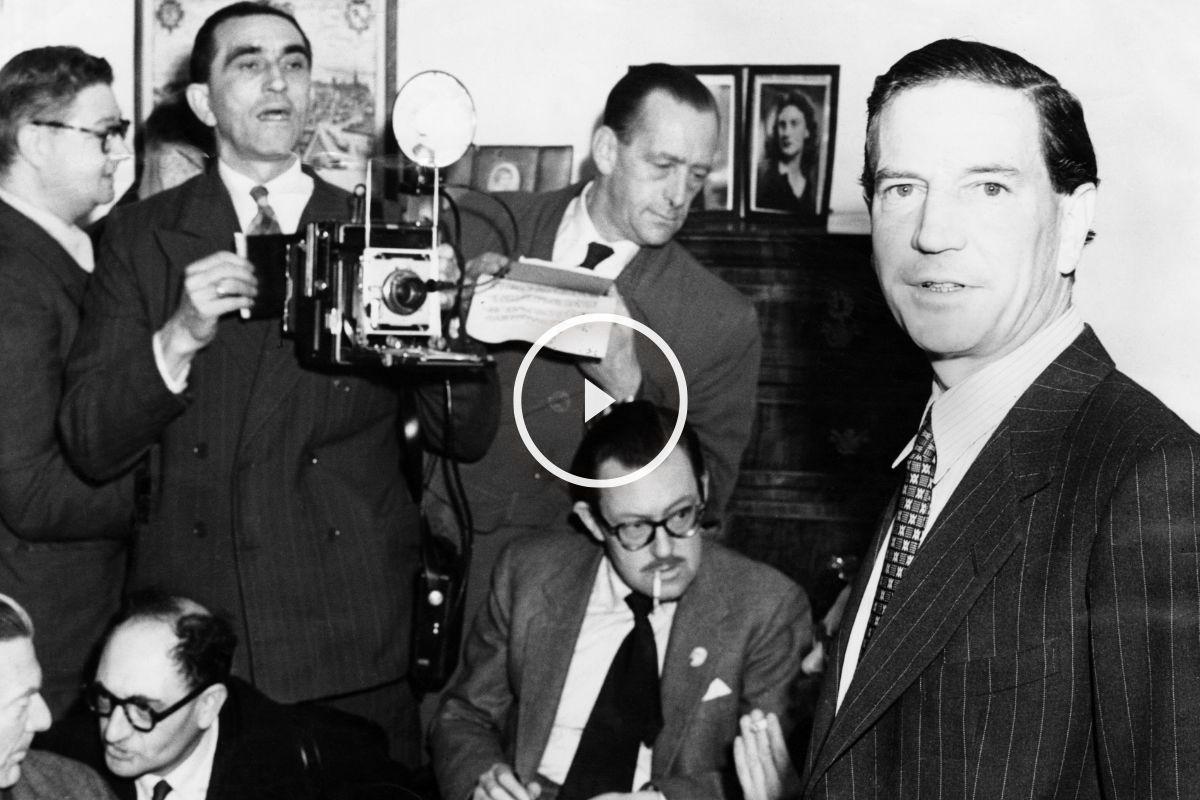 El espía Kim Philby rodeado de fotógrafos y periodistas. (Getty)