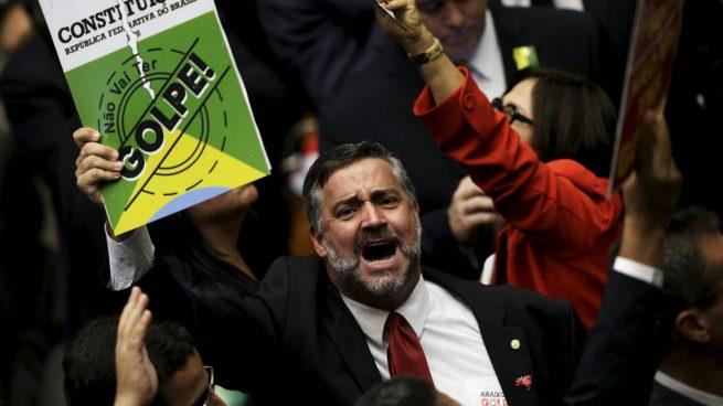 Bronca y empujones en la sesión de 'impeachment' contra Dilma Rousseff en el parlamento brasileño