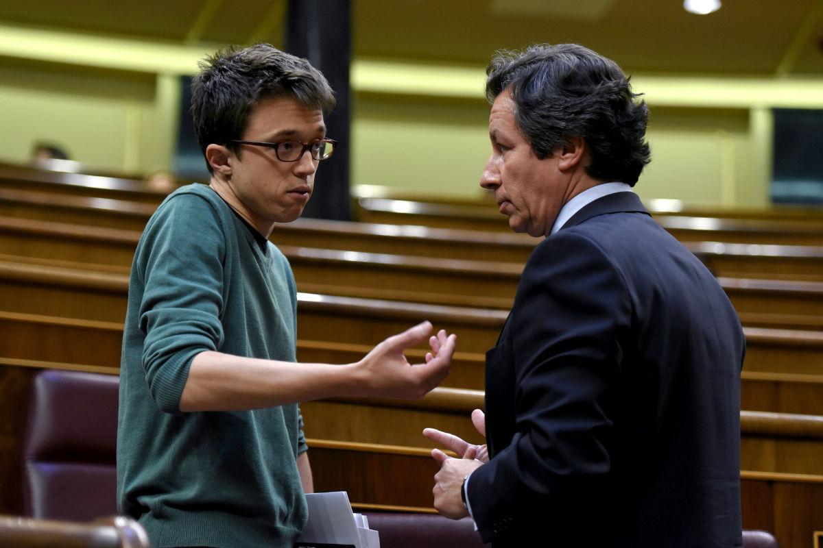 Iñigo Errejón hablando con Carlos Floriano. (Foto: EFE)