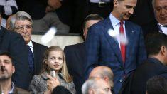 Felipe VI acudió al palco del Vicente Calderón junto a su hija, la princesa Leonor. (EFE)
