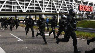 La policía toma posiciones durante las revueltas en Alemania (Foto: Reuters)