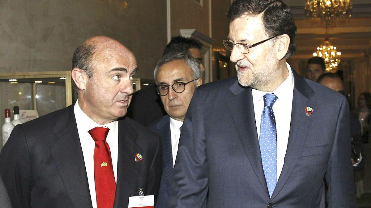 Luis De Guindos conversa con Mariano Rajoy. (Foto: EFE)
