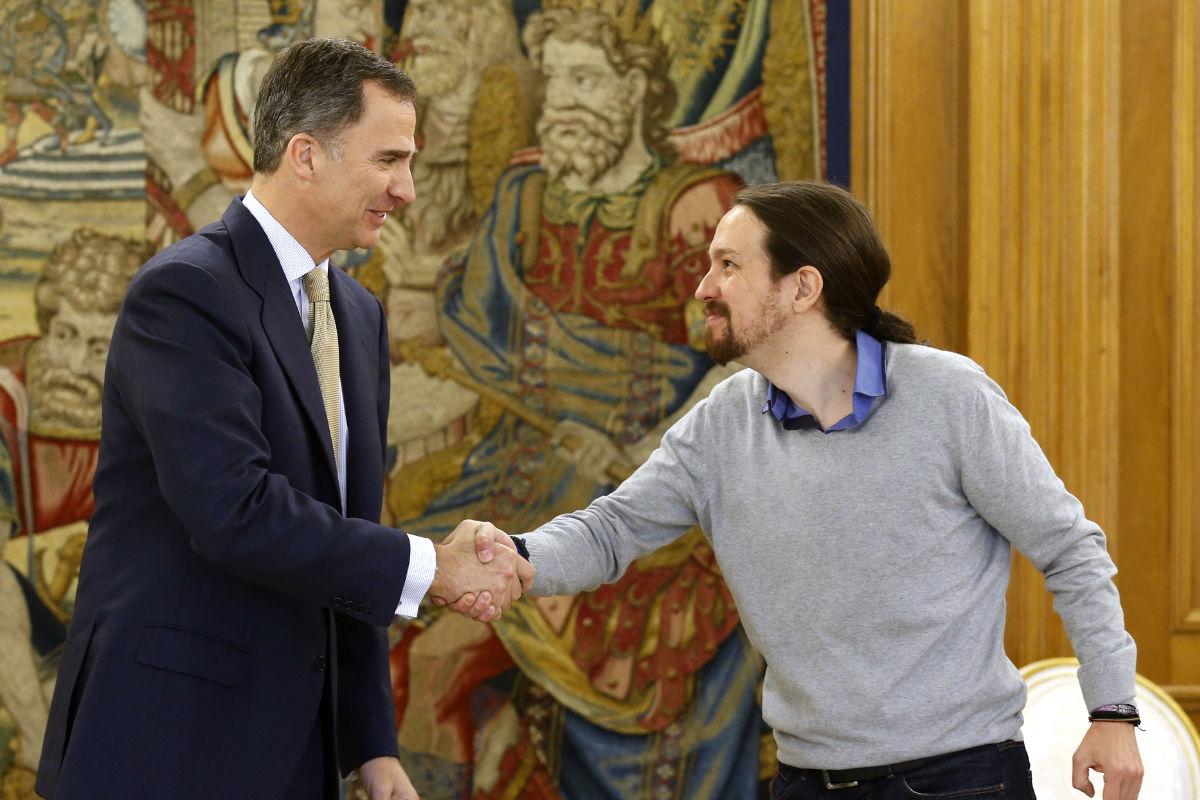 Pablo Iglesias saluda a Felipe VI en el transcurso de la tercera ronda de consultas (FOTO:EFE)
