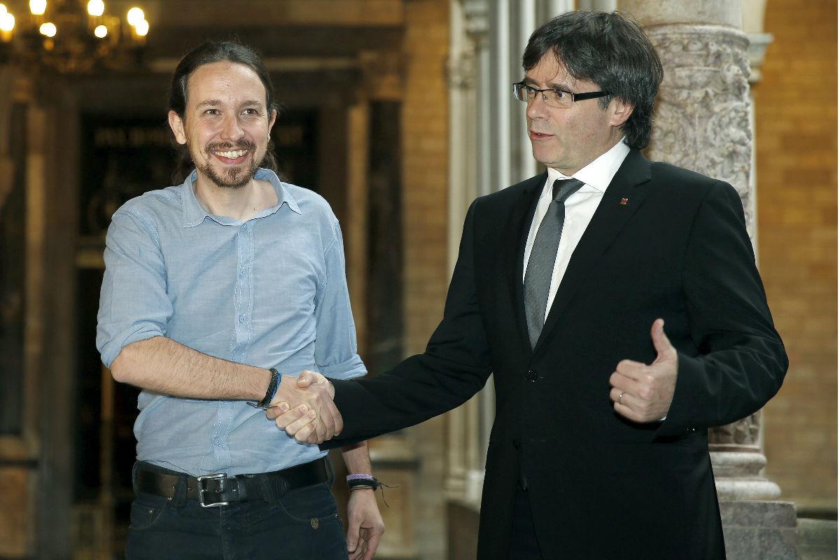 Iglesias y Puigdemont en la reunión. (Foto: EFE)