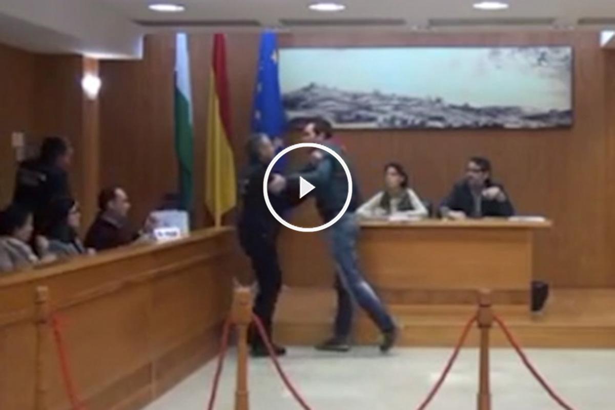 Intento de agresión de un concejal de IU a otro del PSOE en un pleno.