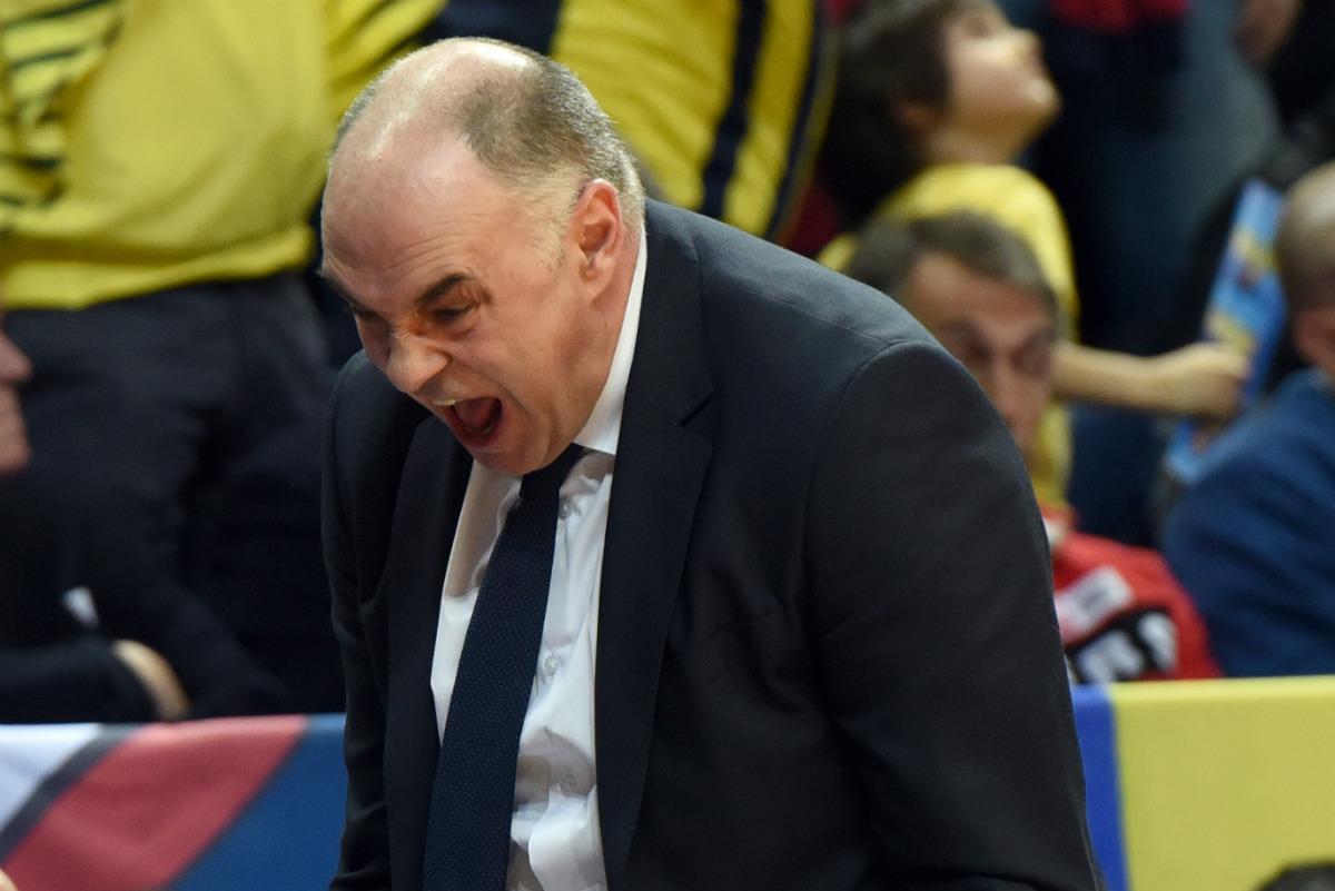Pablo Laso, desesperado por los bajos porcentajes del Madrid en los cuartos de Euroliga. (AFP)