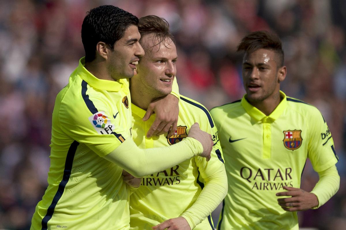 Luis Suárez, Rakitic y Neymar firmaron en su contrato que intentarían aprender catalán. El Barcelona aplica esta cláusula a cada fichaje. (AFP)