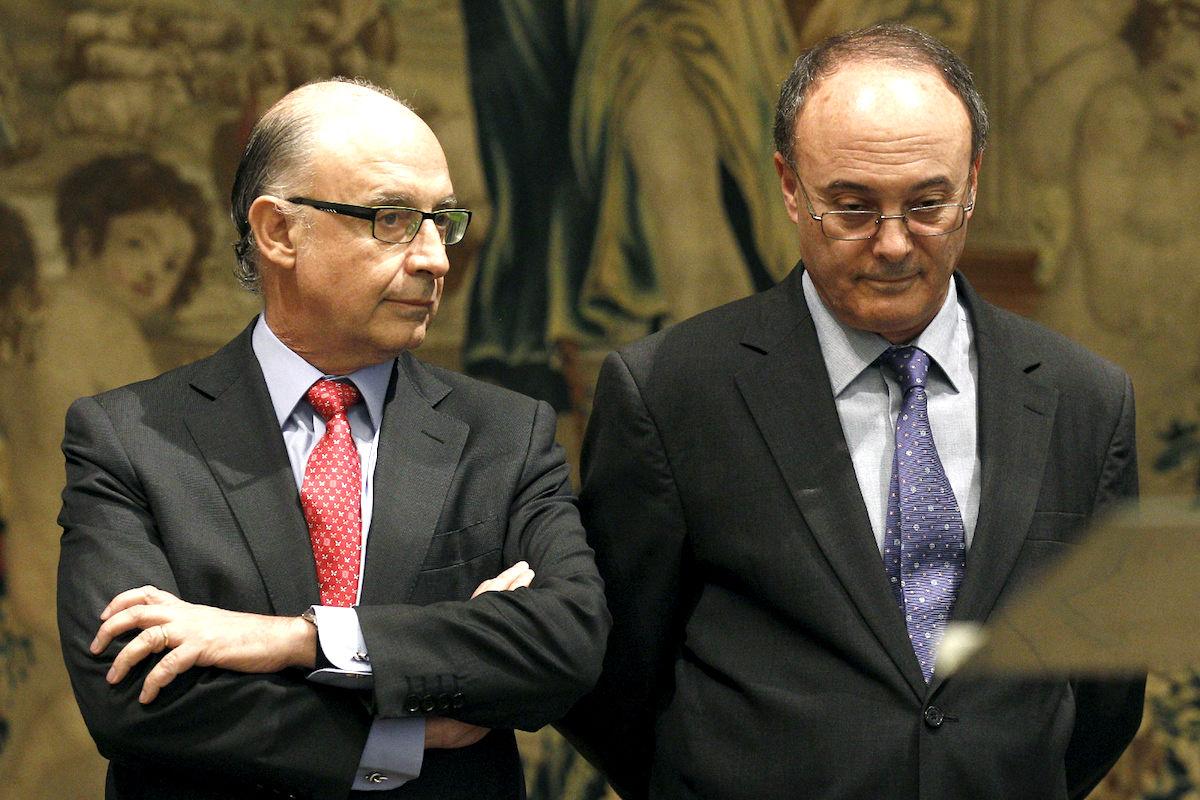 El ministro de Hacienda, junto al gobernador del Banco de España. (Foto: EFE)