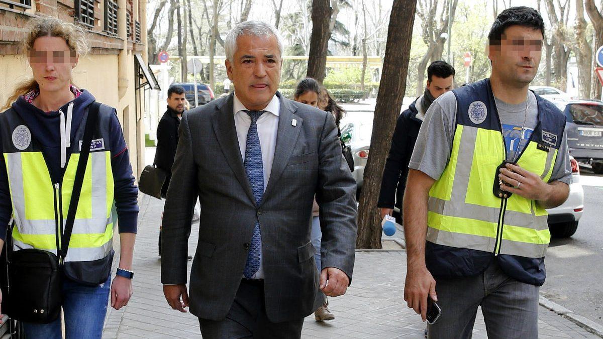 El presidente de Ausbanc, Luis Pineda, tras ser detenido (Foto: Efe)