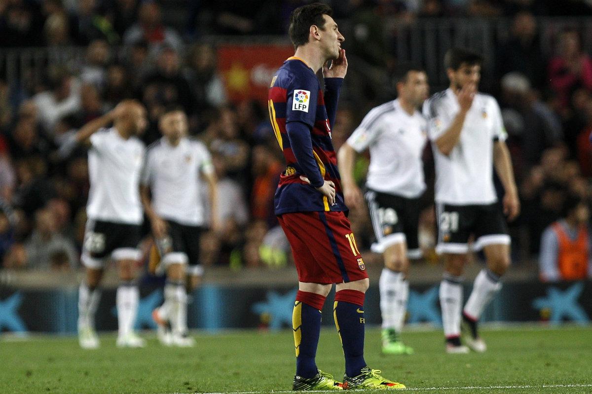 Leo Messi observa desde la distancia la celebración de un tanto del Valencia. (EFE)