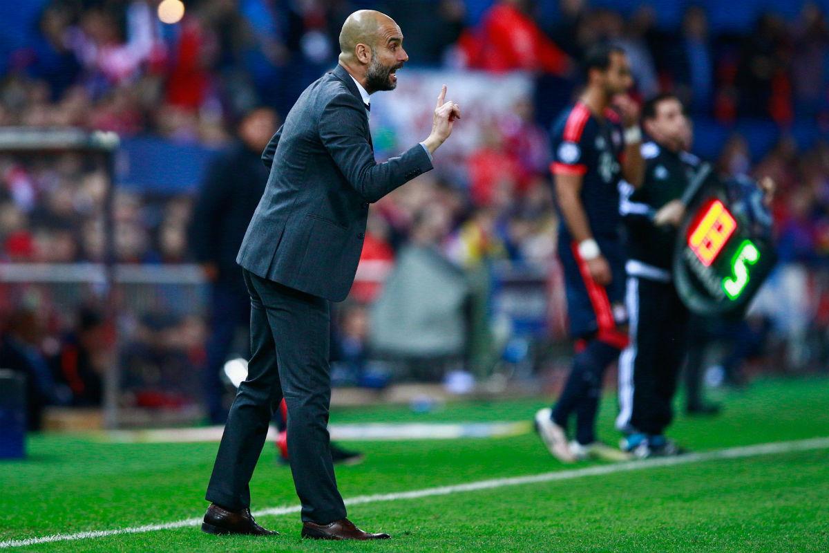 Pep Guardiola da órdenes desde la banda en el Calderón. (Getty)