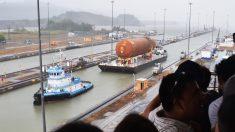 Un barco transporta material de la NASA por el Canal de Panamá clásico (Foto: AFP)