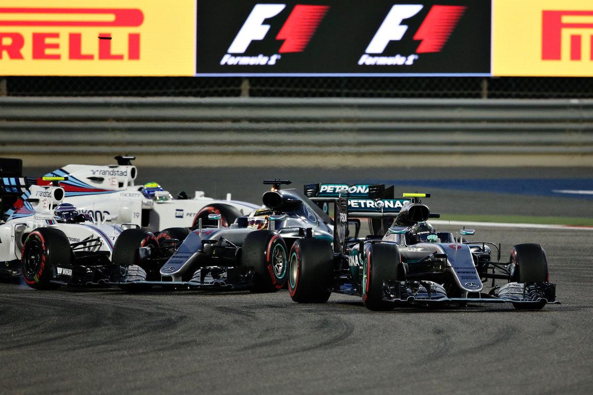 Rosberg por delante de un Hamilton que se toca con Bottas (Getty)