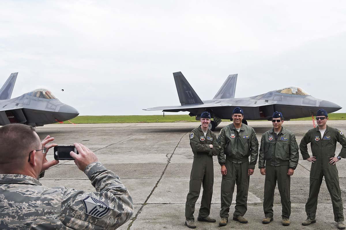 Los pilotos de los F-22 que Estados Unidos tiene en Rumanía (Foto: Reuters)