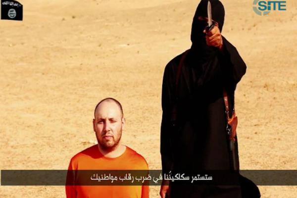 Sotloff, de naranja y arrodillado ante 'John el yihadista'.